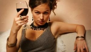 femeie-vin-rosu